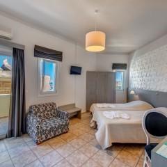 Superior δίκλινο δωμάτιο με βεράντα θέα θάλασσα.