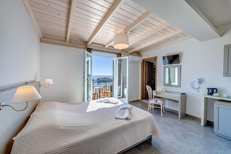 Deluxe δίκλινο δωμάτιο με μπαλκόνι και θέα θάλασσα.