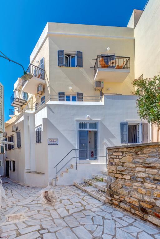 Εξωτερική φωτογραφία του ξενοδοχείου από την οδό Ιφιγενείας.