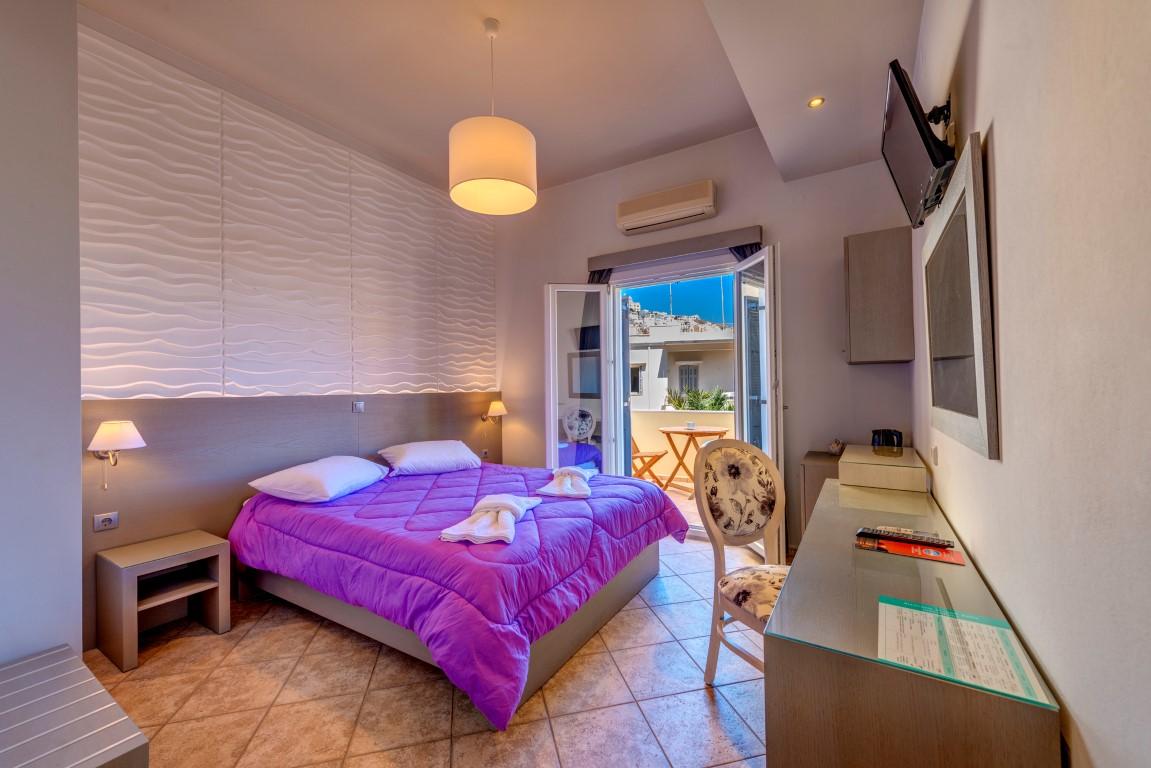 Δίκλινο δωμάτιο με θέα την Ερμούπολη.