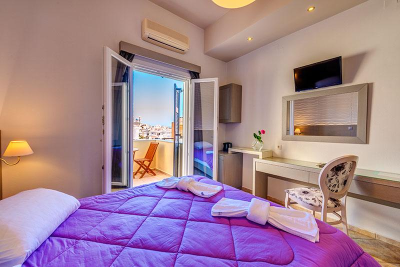 Deluxe δίκλινο δωμάτιο με επιπλωμένο μπαλκόνι.