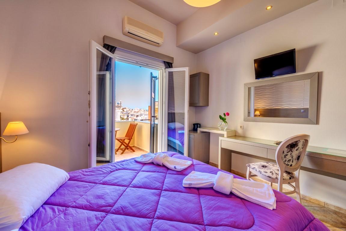 Δίκλινο δωμάτιο με θέα στην Ερμούπολη.