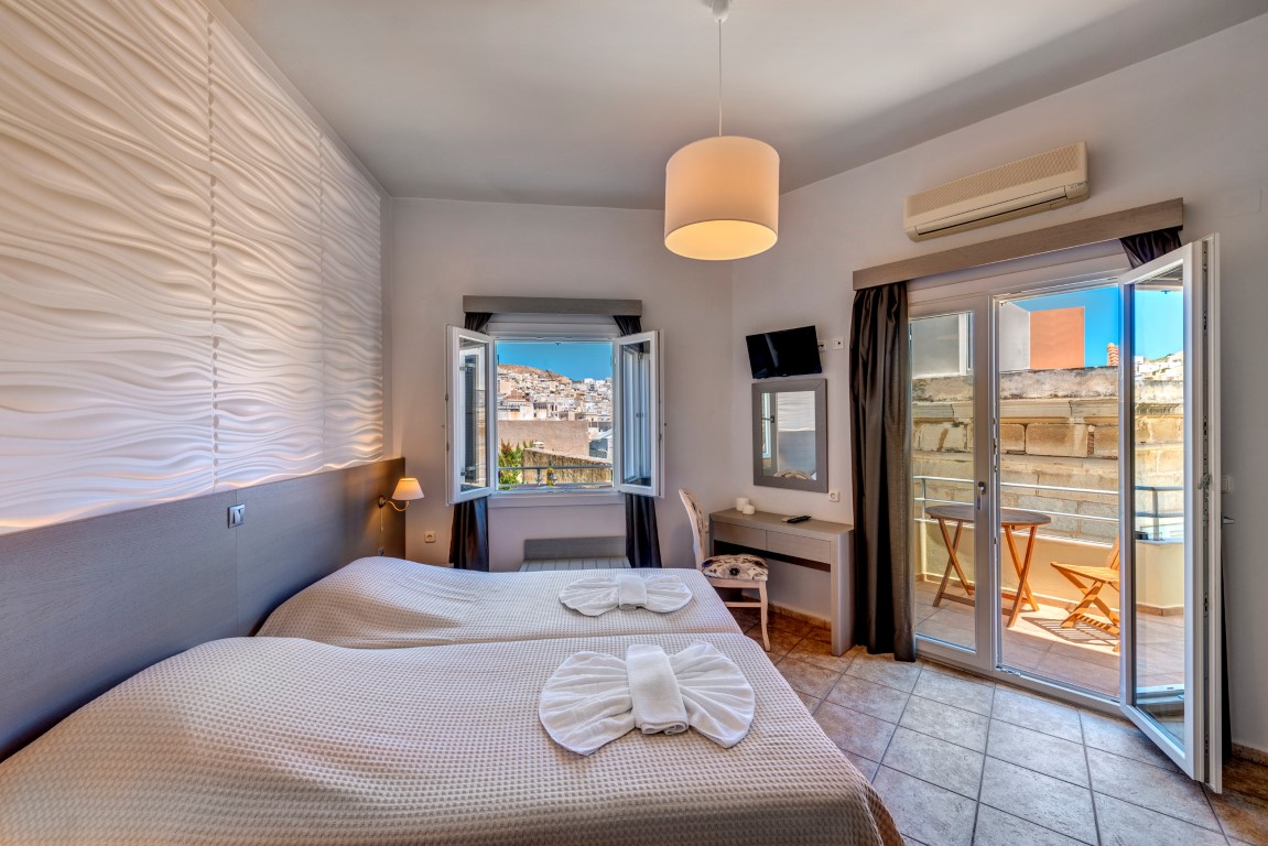 ίκλινο δωμάτιο με θέα την πόλη.